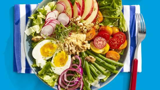 Saladebowl met Hollandse groenten en houmous