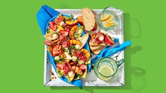 Gegrilde nectarinesalade met rucola, aardbeien, parmaham, mozzarella en pistache-pesto
