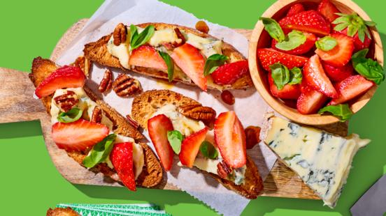 Zomerse bruschetta's met gemarineerde aardbeien, gorgonzola, basilicum en pecannoten