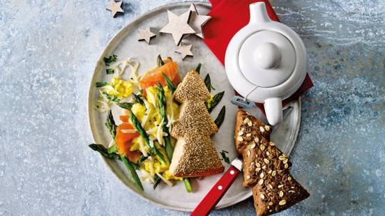 Kerstboombroodjes met scrambled eggs, truffelkaas, aspergetips en gerookte zalm