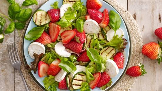 Salade met gemarineerde aardbeien, courgette en geitenkaas