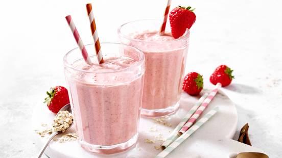 Aardbeien ontbijtsmoothie met yoghurt, havervlokken, sinaasappel en banaan
