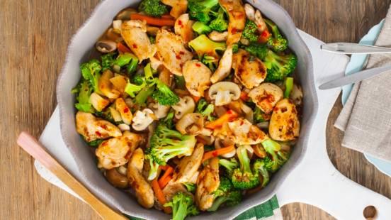 Oosterse roerbakschotel van broccoli, kip en champignons