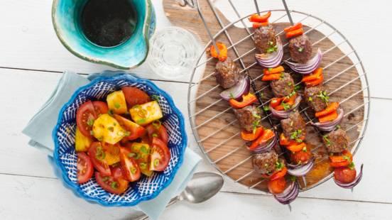 Gehaktspies met paprika en tomaten-ananas salade