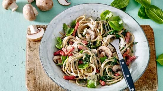 Spaghetti met spinazie, champignons, spekjes en kruidenkaas
