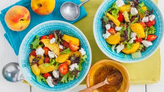 Frisse salade van nectarines, aardbeien en verse geitenkaas