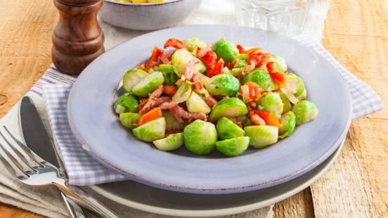Roerbak spruitjes met ui, knoflook, spek en gedroogde tomaatjes