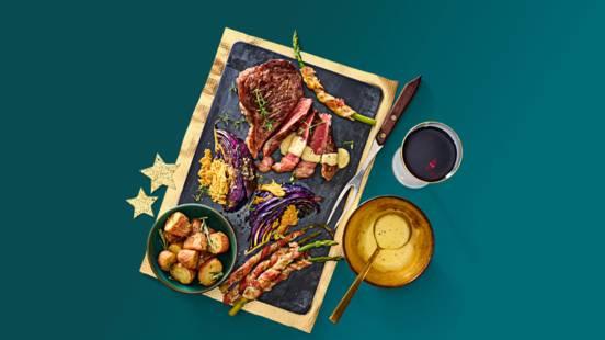 Wagyu rumpsteak met rosevalkrieltjes, koolsteaks met kaas, groene asperges en Hollandaisesaus