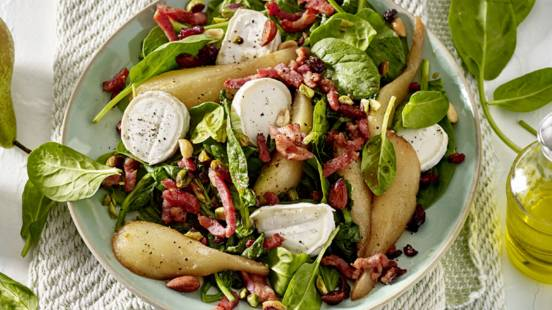 Gekarameliseerde peren met spinaziesalade, geitenkaas en gebakken spekjes