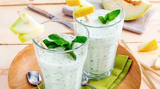 Frisse meloensmoothie met Griekse yoghurt en munt