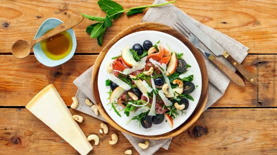 Salade van blauwe druiven, met Serranoham en Parmezaanse kaas