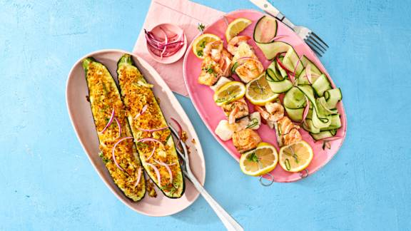 Gevulde courgette met curryrijst en gegrilde visspiesjes