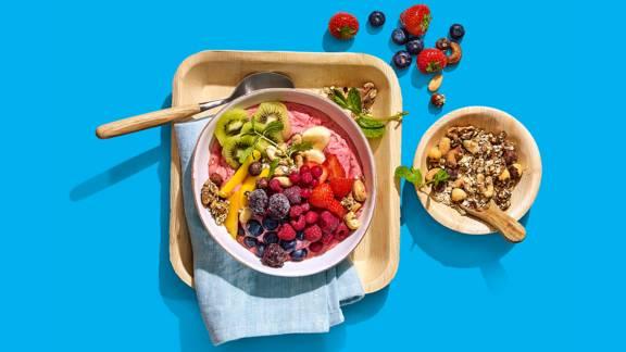 Zomerse pokébowl met vers fruit en zelfgemaakte granola