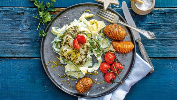Kabeljauwhaasjes op courgettepasta met citroen-roomsaus, gepofte tomaatjes en Hasselback Potatoes