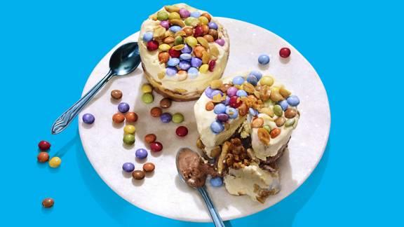 Kleurrijke ijstaartjes met pinda's, karamel, kletskoppen en Smarties
