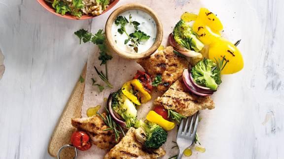 Varkensschnitzel-groenten spiesjes van de grill met huisgemaakte yoghurtknoflookdip