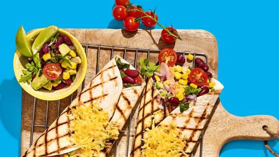 BBQ-burrito met gerookte kip, avocado, kidneybonen, maïs en gesmolten kaas
