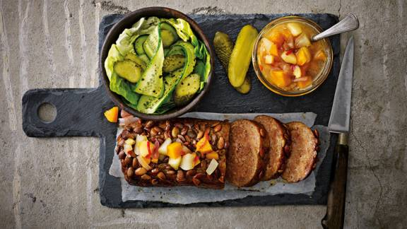 Gehaktbrood met pompoenchutney en verse groene salade