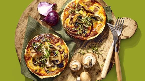 Wilde paddenstoelentaartjes gevuld met bierkaas en frisse salade met noten