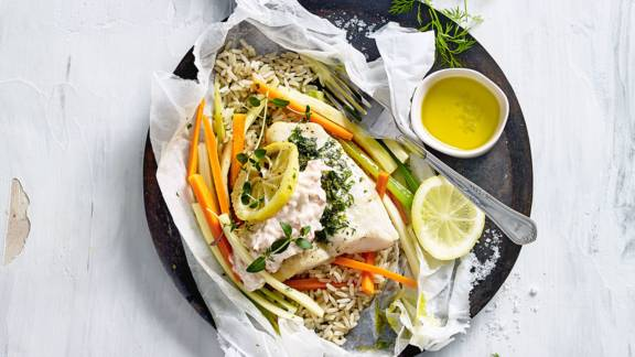 Vispakketjes uit de oven met rijst, groenten en krabsalade
