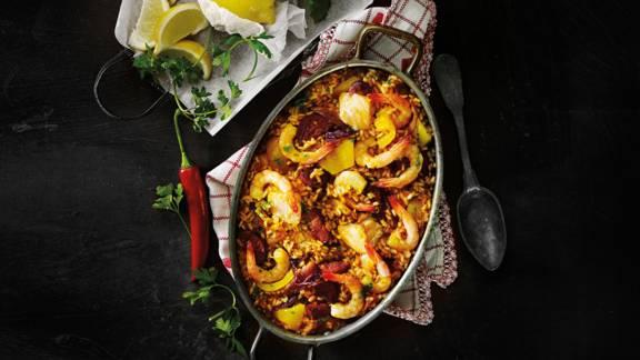 Paella met zalm, chorizo en gamba's