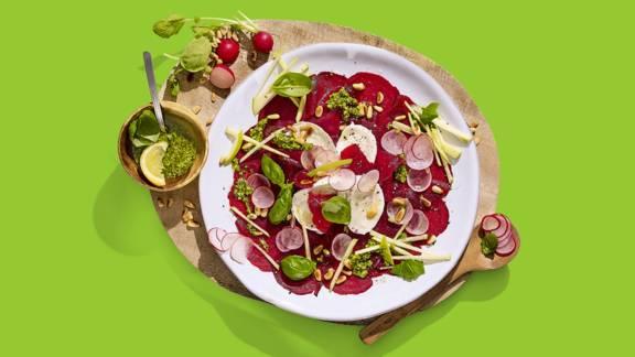 Bietencarpaccio met radijsjes, groene appel, mozzarella en pijnboompitjes