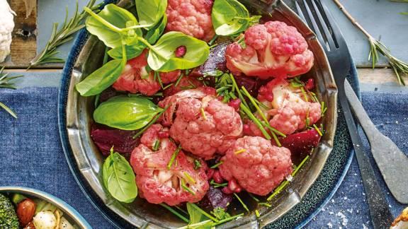 Roze mini bloemkool met verse groene kruiden