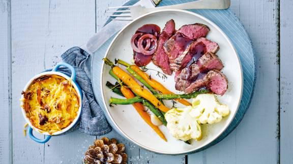 Hertenbiefstuk met rode wijnjus, mini groenten en zoete aardappelgratin met noten en kaas