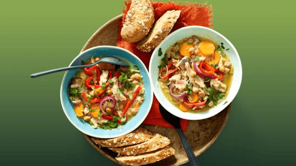 Vegetarische kippensoep met prei, wortel, vermicelli, citroen, ui, kikkererwten, puntpaprika en koriander