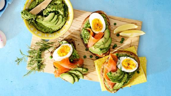 Luxe avocado toast met tuinerwten-pesto, dille, zalm en een eitje
