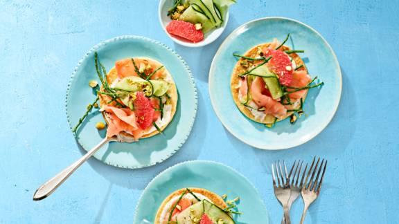 Bladerdeegpizzaatjes met zalmcarpaccio, zeekraal, grapefruit en zoetzure komkommer