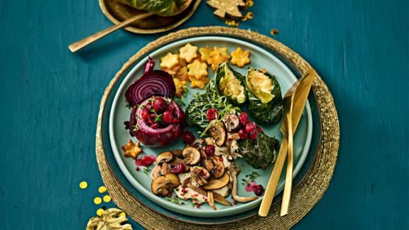 Savooiekoolrolletjes met gevulde rode uien, aardappelkerststerren en paddenstoelenroomsaus