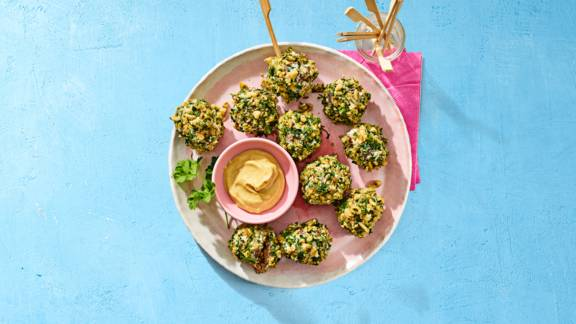 Frisse lente-gehaktballetjes met walnoten, oude kaas en tuinkruiden