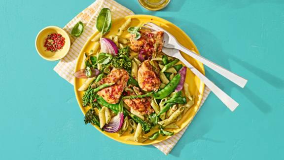Snelle pasta pesto met kip, broccoli en peultjes