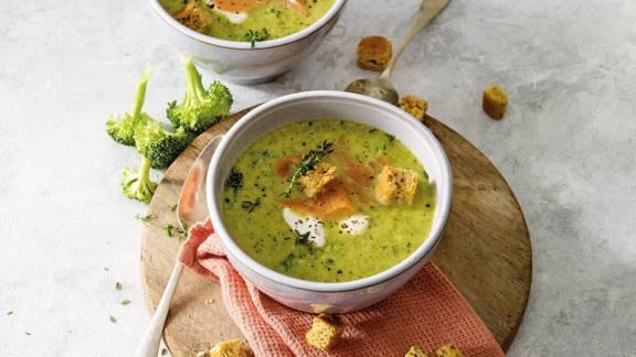 Broccolisoep met Griekse yoghurt, gerookte zalm en knoflookcroutons