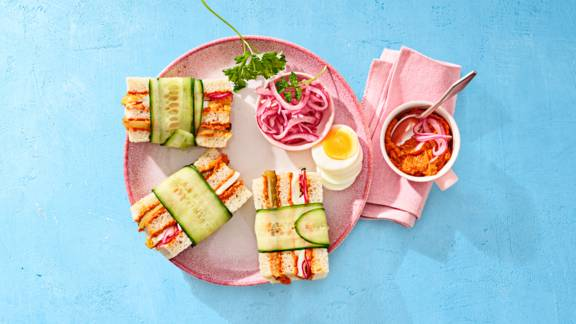 Mini sandwiches met filet americain en een eitje