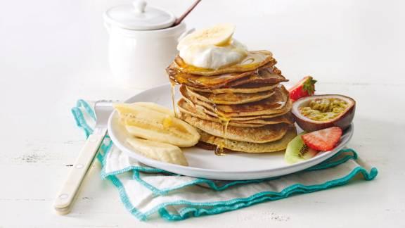 Bananen-pannenkoekjes met honing en vers fruit