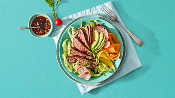 Poke bowl met biefstuk, mango, spitskool, avocado en Aziatische dressing