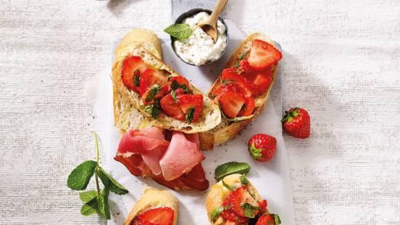 Knapperige crostini's met gemarineerde aardbeien
