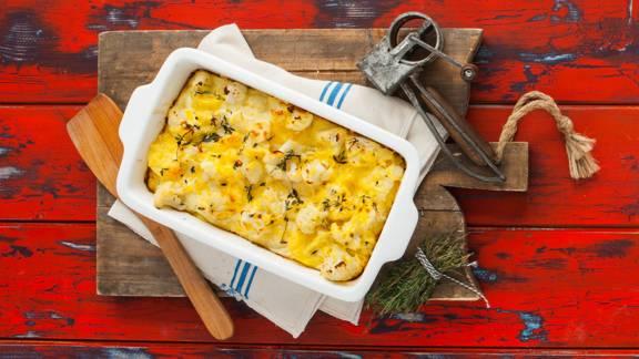 Romige bloemkoolschotel met knoflook en Parmezaanse kaas