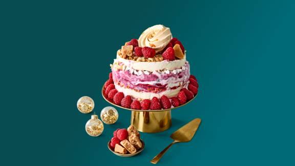 Semifreddo ijstaart met luxe ijs, laagjes meringue, fudge en geroosterde hazelnoten