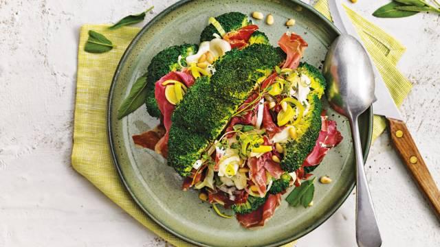 Gevulde broccoli uit de oven met mozzarella, preiringen, proscuitto di Parma, salie en pijnboompitten