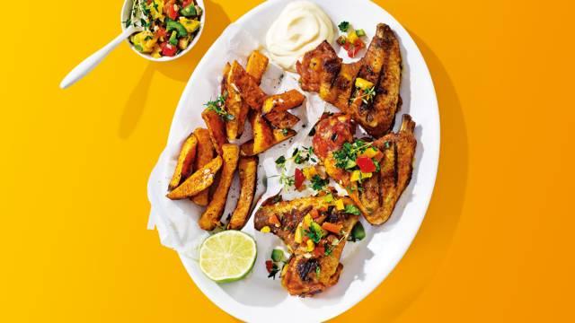 Kippenvleugeltjes met paprika-amandelsalsa, peterselie en zoete aardappelfrietjes