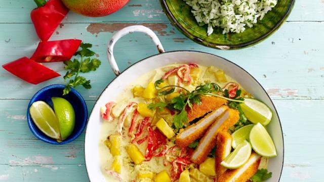 Mango-paprikacurry met kipschnitzel en kruidenrijst