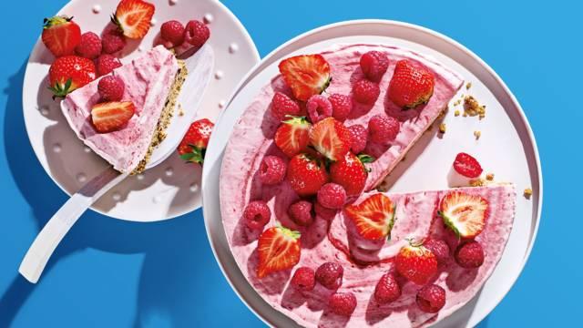 frozen aardbeienframbozencheesecake met notenkoekbodem