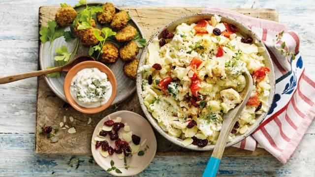 Kruidige bloemkoolstamppot met falafel, amandelen en houmous-yoghurtsaus