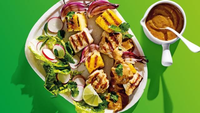 Gegrilde kip-ananas spiesjes met huisgemaakte satésaus, mini romanasla en radijs