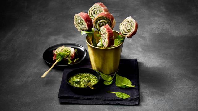 Broodlolly's van Italiaanse rauwe ham met verse pesto, spinazie en parmezaandressing