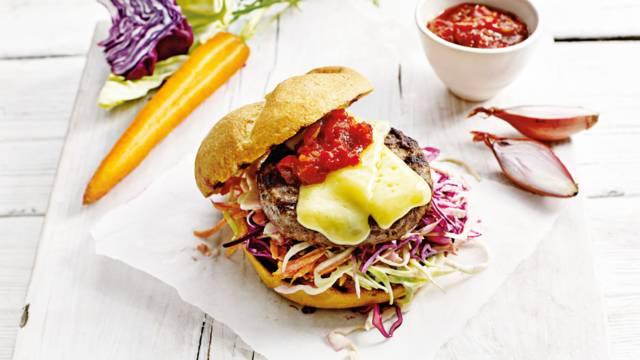 Cheeseburger met coleslaw en huisgemaakte hotsauce