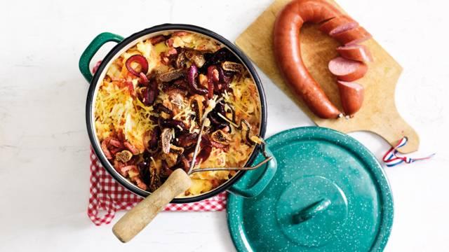 Hutspot met vijgen, gekaramelliseerde rode ui, spekjes en oude kaas